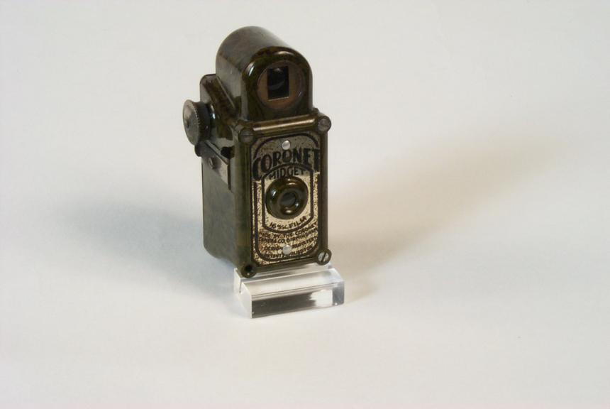 Coronet Midget camera, 1935       A miniature camera for 16mm wide rollfilm, made from brown moulded bakelite