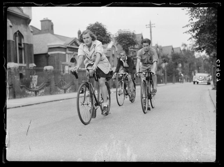 'The Labour League of Youth Cycling Club set off on outing'       A photograph showing the Labour League of Youth Cycling Club setting off on an outing