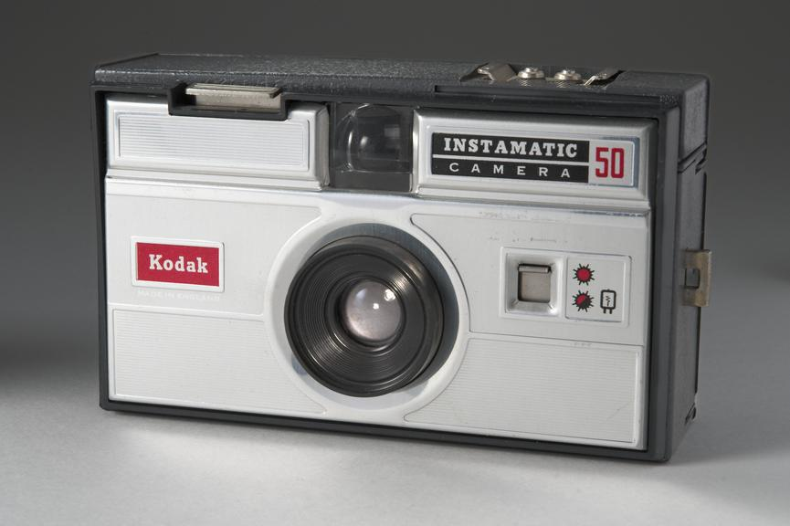 Foto van Instamatic 50. Bron: https://collection.sciencemuseumgroup.org.uk/objects/co8210887/kodak-instamatic-50-camera-pocket-camera-cartridge-camera
