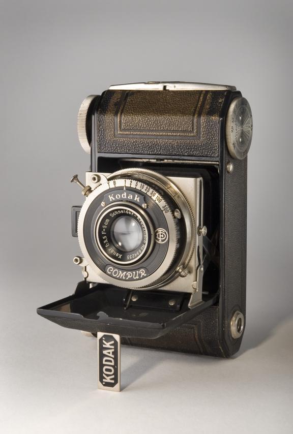 Kodak Retina camera type 117       Retina camera type 117. Folding camera for 35mm for 24 x 36mm. Fitted with a Schneider Xenar lens F: 5cm, f/3