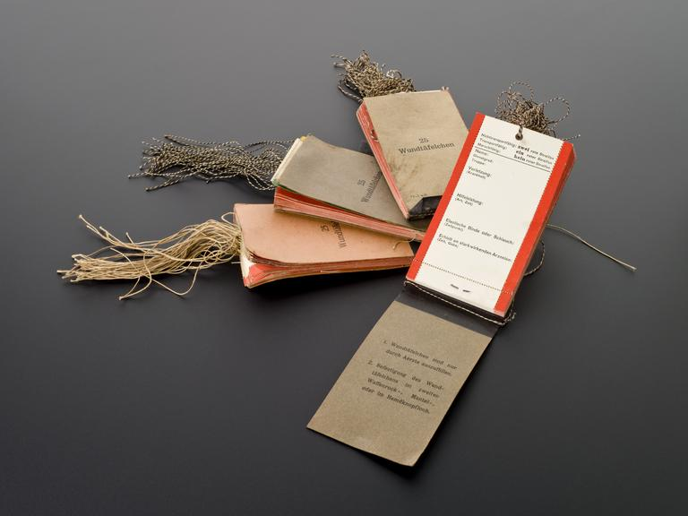 Wound tags, for use at clearing station, four of five books each of twenty- five labels, German, 1914-1918