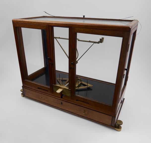 Chemical balance with 10.5/264mm beam, by Robinson and Barrow, 1842-1845, in glazed mahogany case with a black glass
