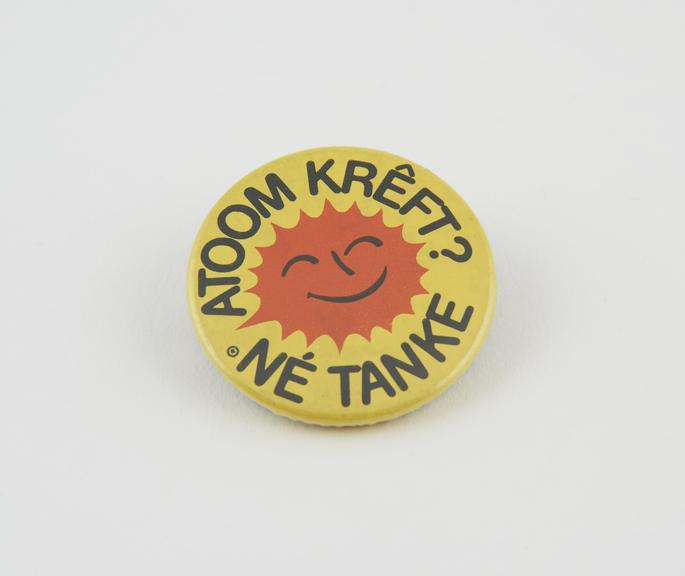 Anti-nuclear energy badge in Frisian'.  Text: 'Atoom Kreft? Ne tanke' (Nuclear Energy? No thanks!)'