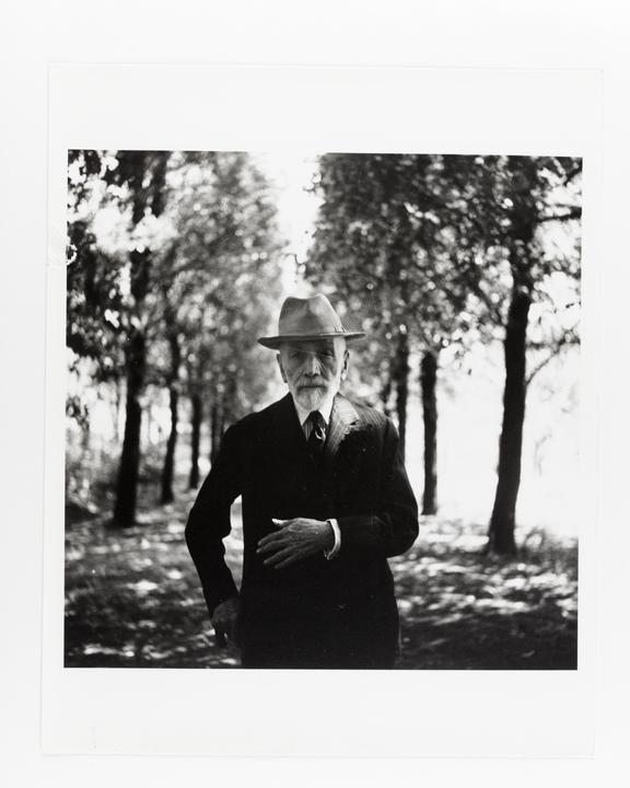Andor Kraszna Krausz Collection. Silver gelatin copy print made ca.1970s. Photograph by Sir Cecil Beaton of art